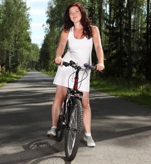 Катание на велосипеде в парке