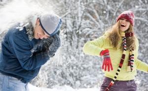 Игры в снежки зимой